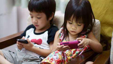 children-with-smartphone