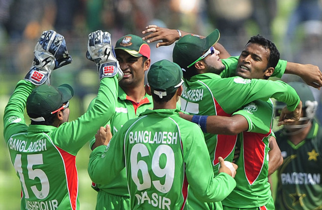 Bangladesh-players-crowd-Nazmul-Hossain-after-taking-a-wicket-Bangladesh-v-Pakistan-Asia-Cup.-final-Mirpur-March-22-2012