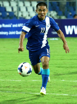 epa04793818 Indian football player Sunil Chhetri in action during a World Cup Qualifier match against Oman, in Bangalore, India 11 June 2015.  EPA/JAGADEESH NV