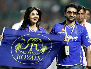Jaipur: Rajasthan Royals owner Shilpa Shetty with husband Raj Kundra celebrate team's victory over Kolkata Knight Riders during the IPL6 match in Jaipur on Monday.PTI Photo by Manvender Vashist(PTI4_9_2013_000001a)
