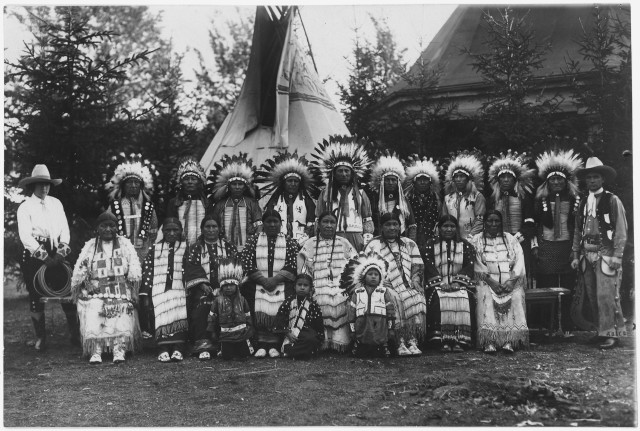 Sioux_Indians_in_native_dress_on_tour_with_Circus_Sarrasani_in_Dresden,_Germany_-_NARA_-_285597