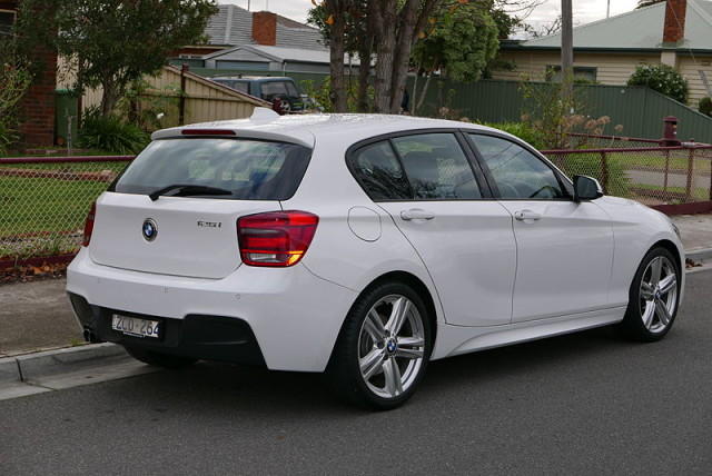 2012_BMW_125i_(F20)_5-door_hatchback_(2015-07-03)_02