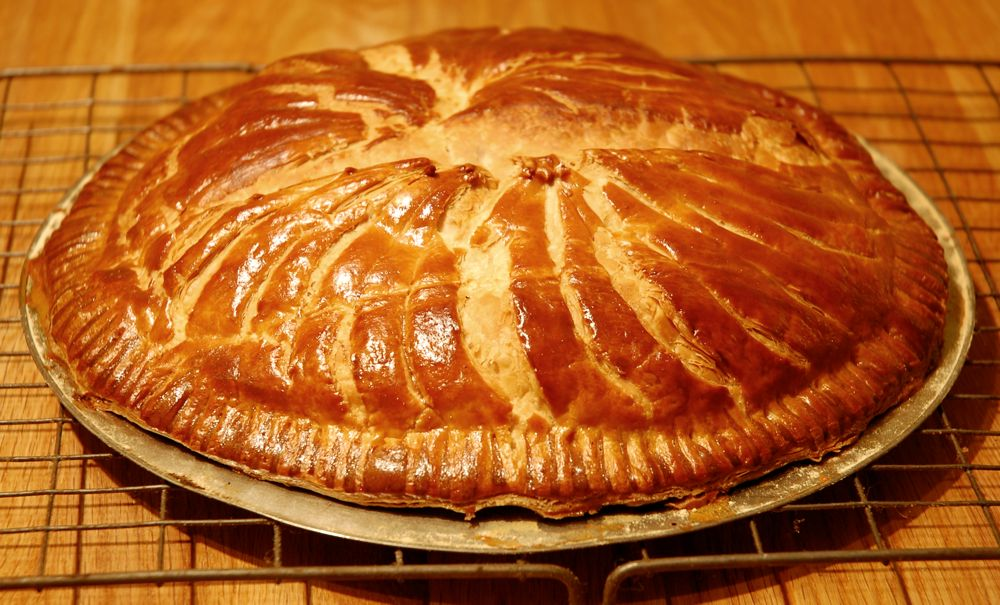 10 different surprising christmas traditions across the - Deco galette des rois ...