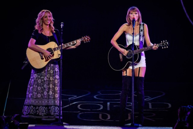 Taylor-swift_lisa-kudrowglamour_27aug15_getty_b_810x540