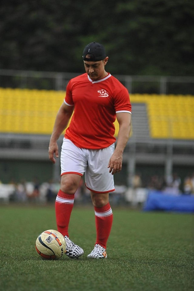 pl45kwq09noredlv.D.0.Aamir-Khan-playing-at-charity-football-match-of-celebrities-organised-by-Iran-Khan--3-