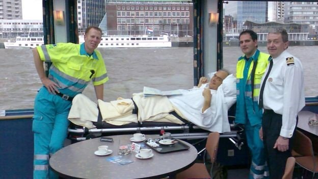 Kees Veldboer with a patient at Rotterdam harbour