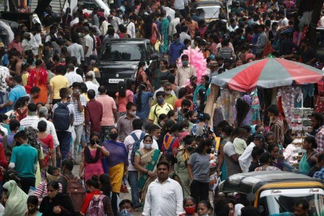 A crowded weekly market amid COVID-19 pandemic at Kandivali in Mumbai